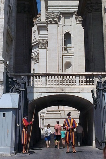 roma0727-vatican-swiss.jpg